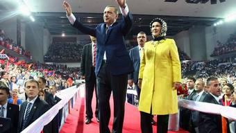 Regierungschef Recep Tayyip Erdogan und seine Frau Emine am AKP-Parteitag