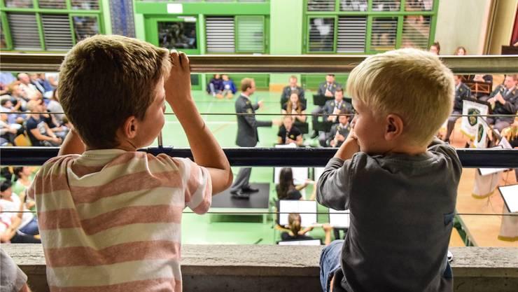 Vom Abschlusskonzert am Abend in der bis auf den letzten Platz besetzten Mehrzweckhalle liess sich Alt und Jung gleichermassen begeistern. Fotos: Toni Widmer