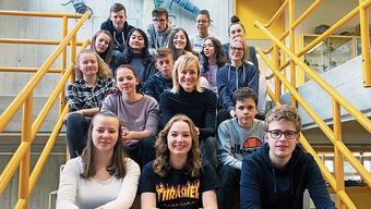 Moderatorin Barbara Lüthi (Mitte) diskutiert mit Schülerinnen und Schülern der 3. Sek in Klingnau.