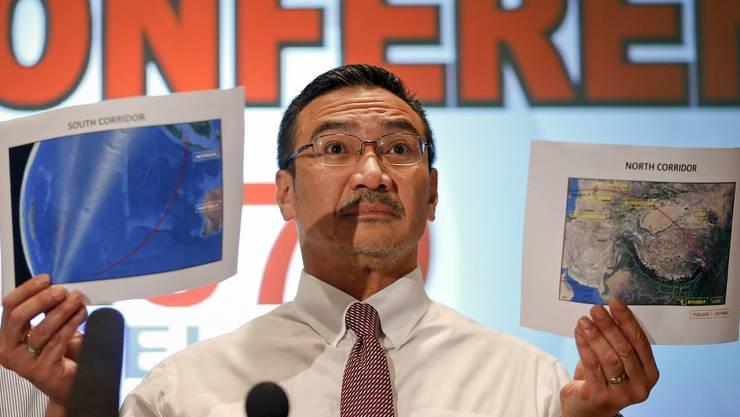 Der malaysische Transportminister Hishamuddin Hussein zeigt Karten mit den möglichen Flugrouten.jpg
