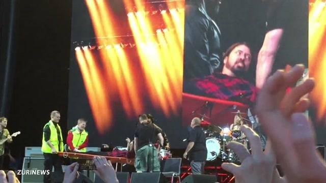 Foo Fighters-Frontmann von Bühne gestürzt