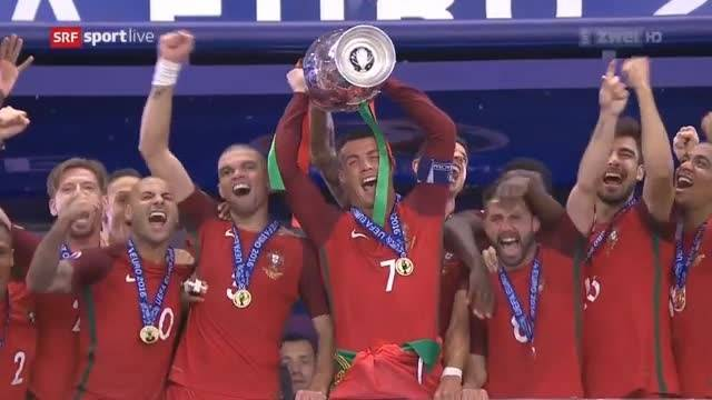 Pokalübergabe: Portugal ist Fussball-Europameister 2016.