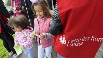 Zahlreiche Kinder und Erwachsene nehmen jeweils im Oktober am Spendenlauf von Terre des hommes am Seeufer in Genf teil. (Archivbild)