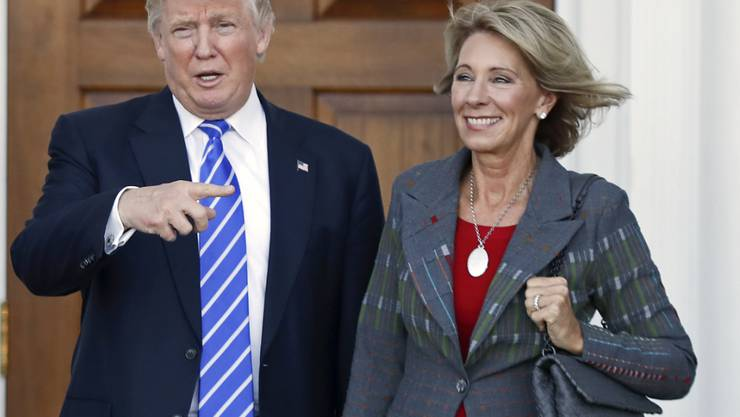 Betsy DeVos war wohl die umstrittenste unter Trumps Kandidaten für ein Kabinettsposten. Obwohl zwei republikanische Senatoren gegen sie stimmten, wurde die Unternehmerin vom Senat als Erziehungsministerin bestätigt.