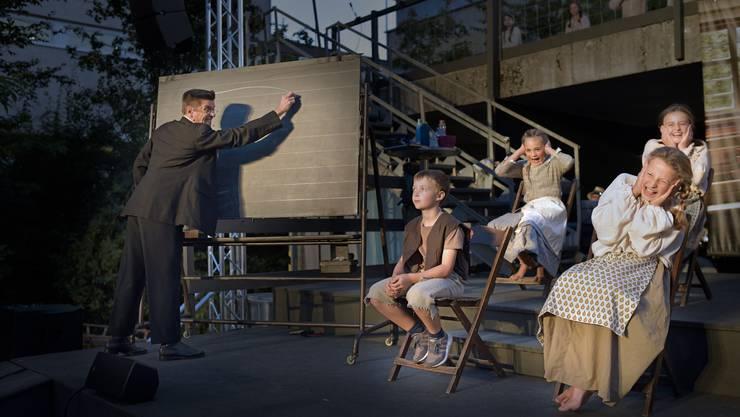 Lehrer Wirth tätigt seine Kreide auf der Tafel – und findet nebenbei heraus, dass der kleine Ruedi taub ist.