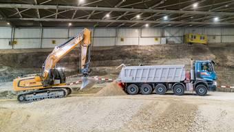 Von Mitte März bis am 27. April brachten grosse Lastwagen an jedem Werktag Ausbruchsmaterial aus dem Eppenberg-Tunnel in die SMDK.