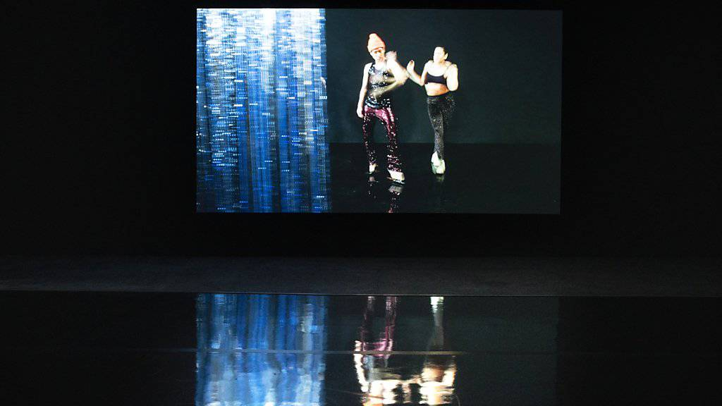 «Moving Backwards» lädt die Betrachterinnen und Betrachter ein, in eine Choreografie aus Gesten, Filmausschnitten und animierte Objekte einzutauchen und sich aussergewöhnlichen Begegnungen auszusetzen. (Archivbild)