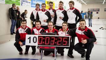 Der Aargauer Curler Mike Laub und die weiteren Weltrekord-Knacker (von rechts nach links, unten und oben): Mike Laub, Kevin Tschudi, Vincent Perrot-Audet, Martin Rios, Jonas-Andri Weiss, Joel Vogler, Reto Gribi, Mats Perret, Sascha Gribi und Mike Wenger).