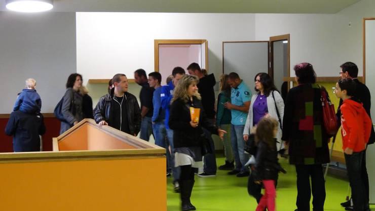Viel Volk will das neue Schulhaus sehen