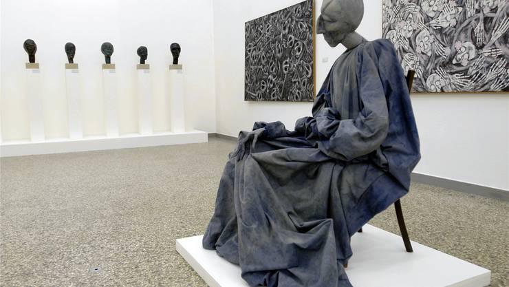 Werke von Eva Aeppli, im Vordergrund die textile Plastik «Honoré», fotografiert 2006 im Kunstmuseum Solothurn.