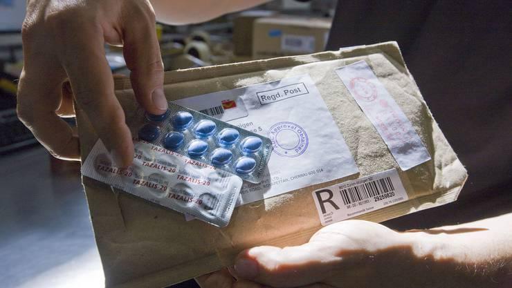 Potenzmittel wie Viagra oder Tazalis sind begehrt und werden oft illegal im Ausland bestellt.