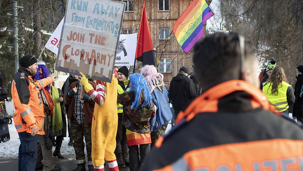 Bunt gegen das WEF und die Klimaleugner: Die Manifestation in Davos brachte rund hundert Personen auf die Strasse.
