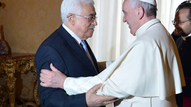 Papst Franziskus empfängt Palästinenserpräsident Abbas (r.)