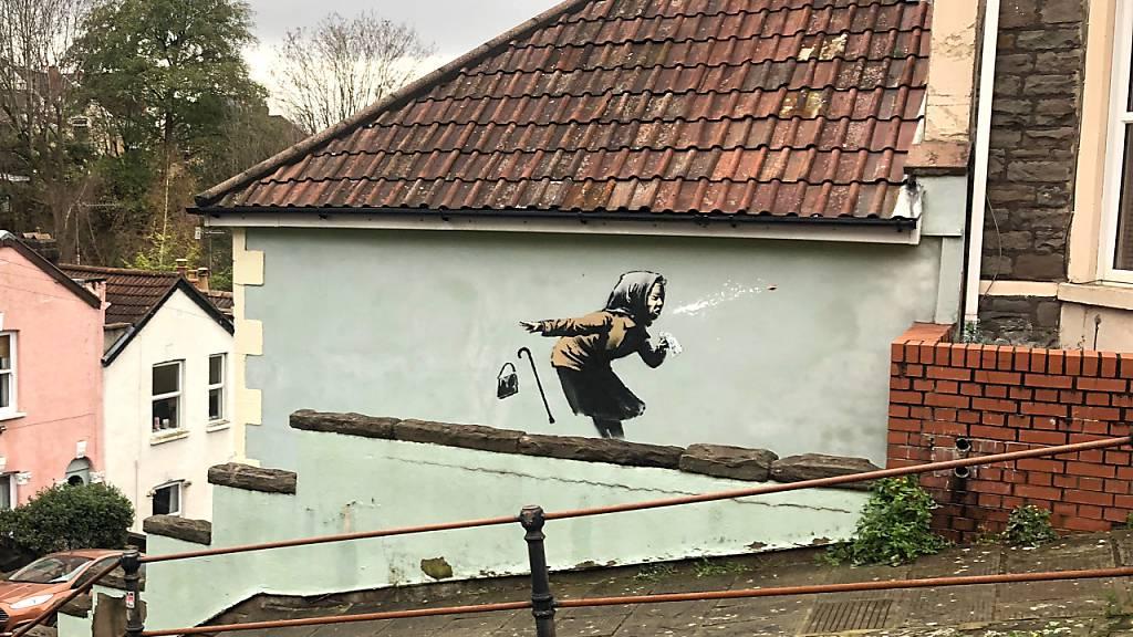 Ein Graffiti des Streetart-Künstlers Banksy ist auf einer Wand in der Vale Street in Bristol aufgetaucht. Foto: Claire Hayhurst/PA Wire/dpa