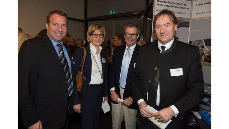 Dietikons Stadtpräsiden OttoMüller mit Gattin Doris undGregor Biffiger (PräsidentGewerbeverband Limmattal).