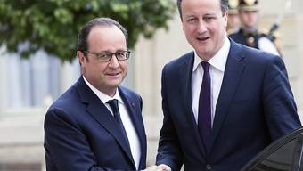 Frankreichs Präsident François Holland (links) begrüsst den britischen Premierminister David Cameron vor dem Elysée-Palast in Paris