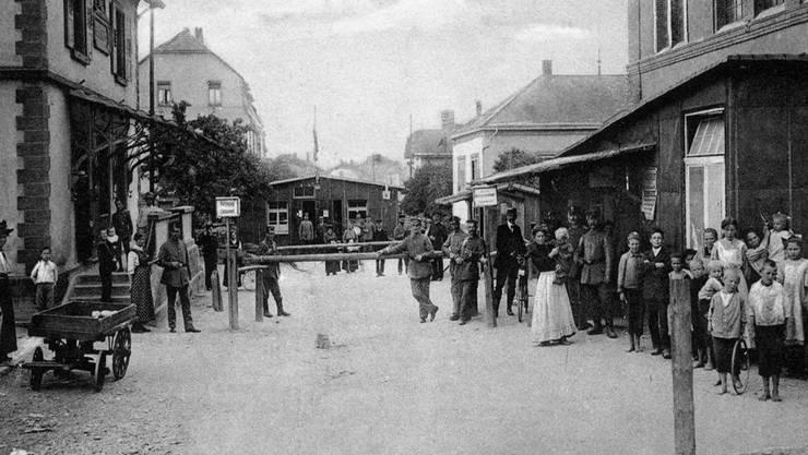 Blick auf den Grenzübergang Lörrach-Stetten in Richtung Riehen während des Ersten Weltkriegs. Dreiländermuseum Lörrach