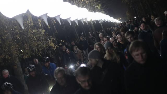 """Die erleuchteten Ballone der """"Lichtgrenze"""" 2014 im Mauerpark"""