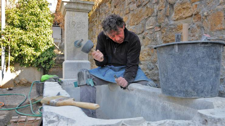 Rolf Glanzmann saniert den alten Muschelkalkbrunnen.