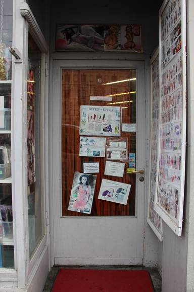 Der Eingang zu Illers «Erotic & Fashion». Auf der anderen Seite des Hauses können Kunden auch unbemerkt in den Laden gelangen.