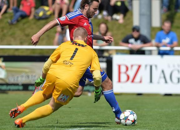 Shkelzen Gashi spielt Lustenaus Goalie Christopher Knett aus.