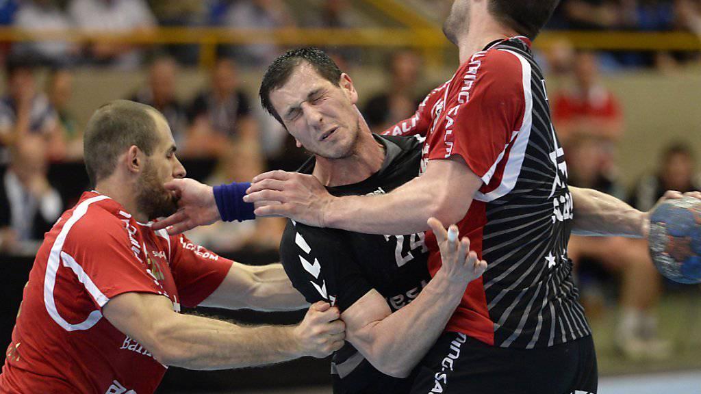 Uros Mitrovic (Mitte) wird ein halbes Jahr keine Tore für den BSV erzielen können