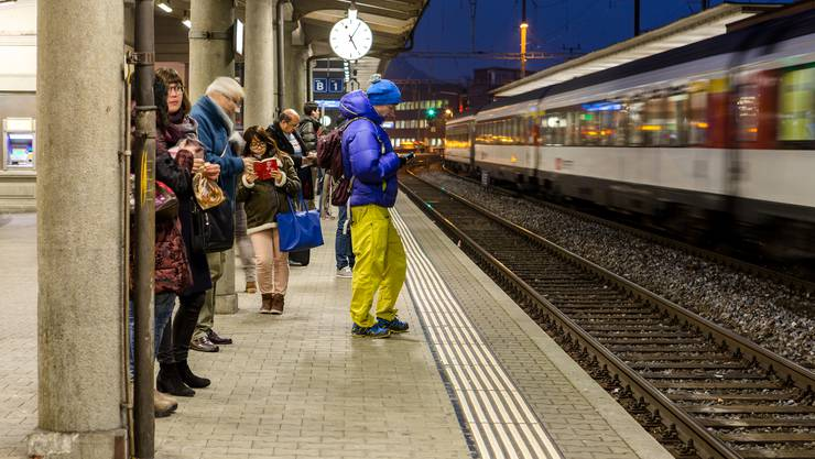 Wegen einem Brand in Gleisnähe warteten am Freitagmorgen viele Pendler lange auf den Zug. (Symbolbild)