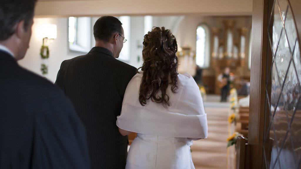 Die Anzahl der kirchlichen Trauungen hat in den letzten fünf Jahren abgenommen. Dabei schreiten weniger katholische Paare vor den Altar als reformierte. (Symbolbild)