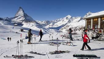 Schweizer Hoteliers und Ferienhausbesitzer sollen verpflichtet werden, Jahreskarten für die Bergbahnen zu kaufen