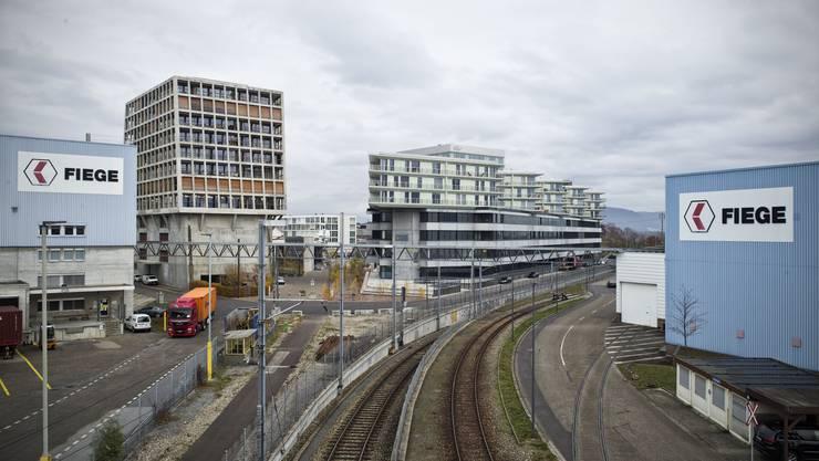 Links und rechts vom Bahntrassee liegen die Areale, die von den Regierungen als möglichen Uni-Standort definiert worden sind.  Roland Schmid