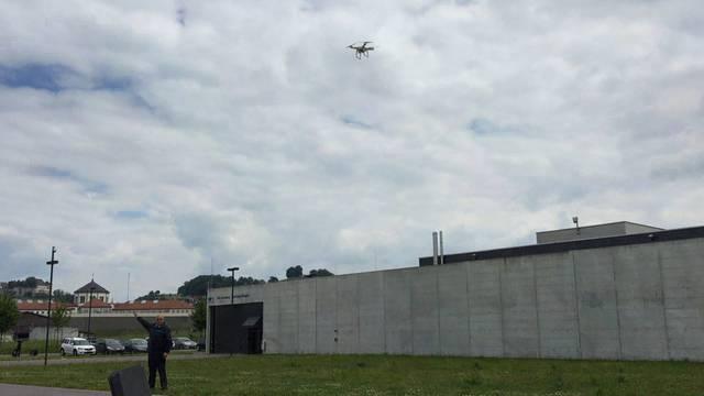 Erfolgreicher Test: Die Drohne schwebt über dem Gefängnis Lenzburg, das Warnsystem piepst.
