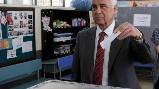 Präsident Dervis Eroglu gibt seine Stimme ab