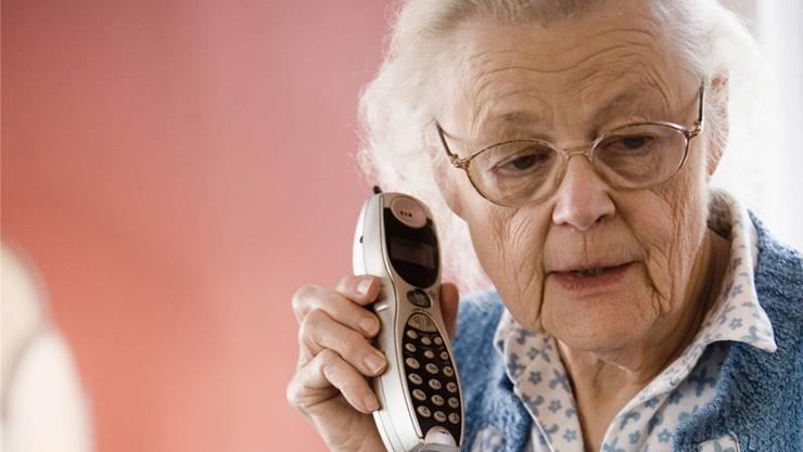 Frauen zwischen 75 und 90 Jahre fallen typischerweise auf die Enkeltrickbetrüger rein (Symbolbild).