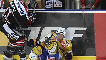 Michael Knöpfli bringt den Davoser Jan von Arx zu Fall.