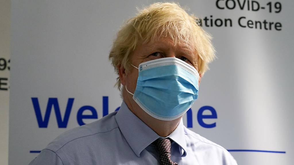 Boris Johnson, Premierminister von Grossbritannien, besucht ein Impfzentrum im StoneX Stadium, der Heimat des Rugby-Union-Clubs Saracens.