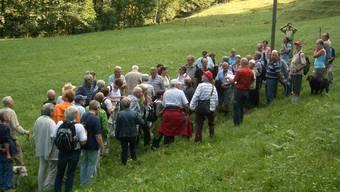Eine grosse Gruppe Interessierter liess sich von Hans Sigrist Details aus der Ortsgeschichte erläutern.