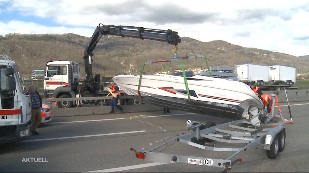 Boot legt Verkehr auf A1 lahm