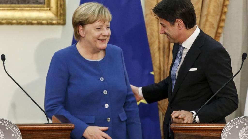 Die deutsche Bundeskanzlerin Angela Merkel erklärte am Montag anlässlich ihres Besuchs beim italienischen Ministerpräsidenten Giuseppe Conte, die Kooperation mit der libyschen Küstenwache bei der Seenotrettung von Migranten sei «verbesserungswürdig».