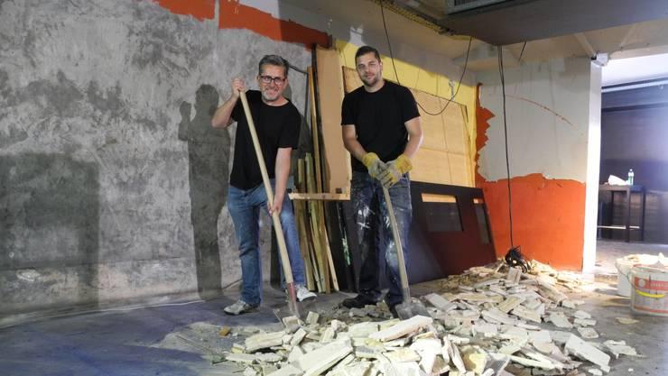 Umbau mit Schaufel und Vorschlaghammer: Christoph Wanner (links) und Simon Schleuniger im LWB.