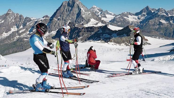 Die Riesenslalomfahrer Gino Caviezel, Marco Odermatt und Loïc Meillard (von links) beim Training in Zermatt