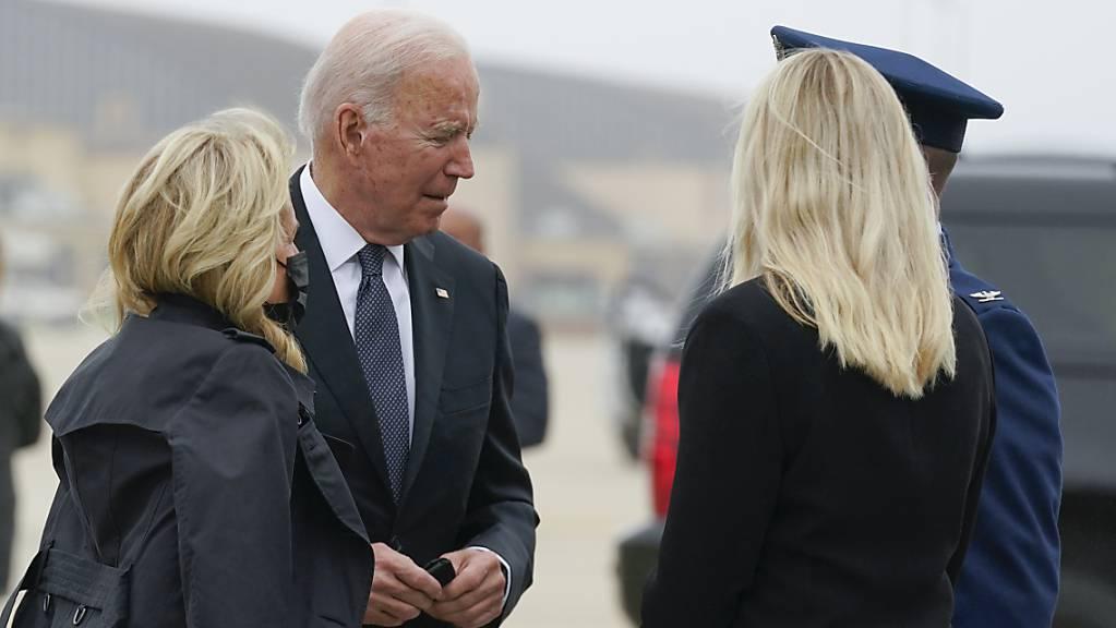 Joe Biden, Präsident der USA, und First Lady Jill Biden auf dem Weg zur Dover Air Force Base. Der Präsident  trifft sich mit Hinterbliebenen und Angehörigen der bei dem Terroranschlag in Kabul getöteten US-Soldaten. Foto: Manuel Balce Ceneta/AP/dpa