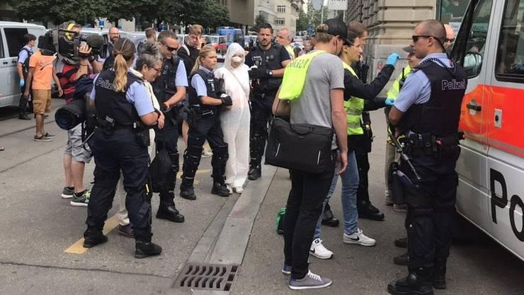 Die Polizei zerrt einzelne Demonstranten aus der Blockade.