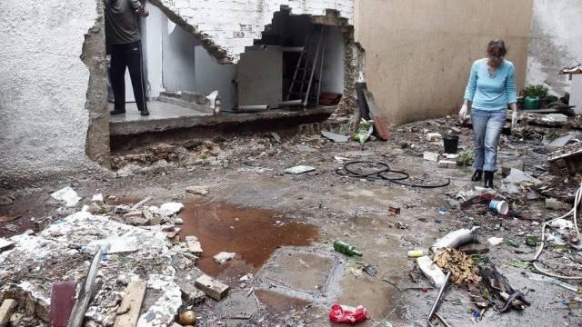 Eine Bewohnerin Athens betrachtet die Schäden