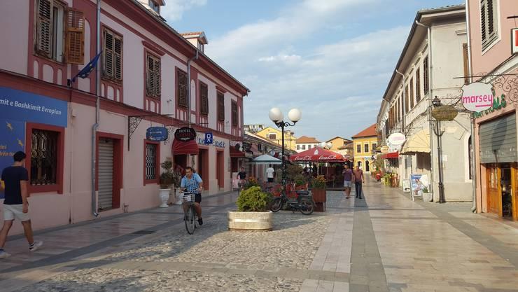 Die Fussgängerzone in Shkodra verströmt mediterranes Ambiente. Hier trifft man sich abends zum gemütlichen Flanieren, Sehen und Gesehenwerden.