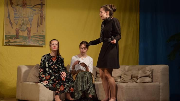 Die Jugendlichen geben bei der Probe alles. Hier versuchen die beiden Tanten von Olivia, ihre Grossmutter (Mitte) zu überzeugen, dass sie Olivia adoptieren sollten.
