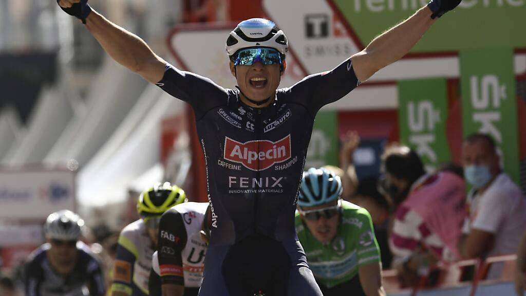 Der Belgier Jasper Philipsen lässt sich in Burgos als Sprintsieger der 2. Vuelta-Etappe feiern