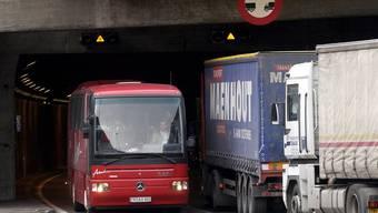 Die Polizei macht auf spezifische Gefahren im Schwerverkehr aufmerksam. (Symbolbild)