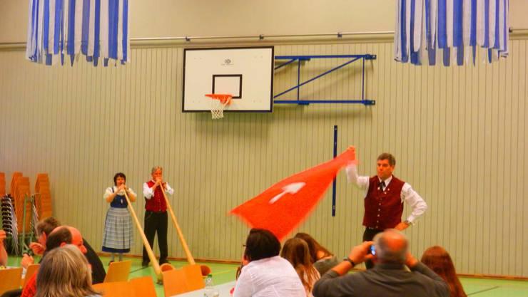 Urs Bloch schwang die Fahne, Günter und Rita Thommen spielten das Alphorn