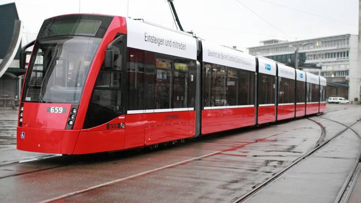 Combino: Das Tram aus den Siemens-Werken wird bereits in Bern mit Erfolg genutzt. Ab Freitag ist ein Exemplar zum Test in Zürich unterwegs. (Michele Coviello)