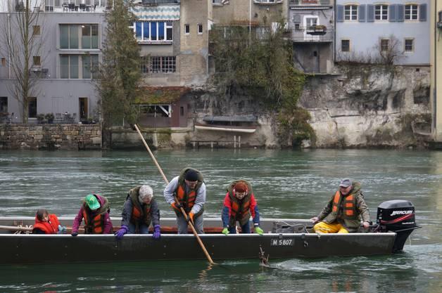 Für die Aktion zur Säuberung der Aare spannten Pontoniere, Kanu Club, Ruderclub, Fischereiverein, SLRG Olten, die Pontoniere aus Aarburg und weitere freiwillige Helferinnen und Helfern aus der Bevölkerung zusammen.